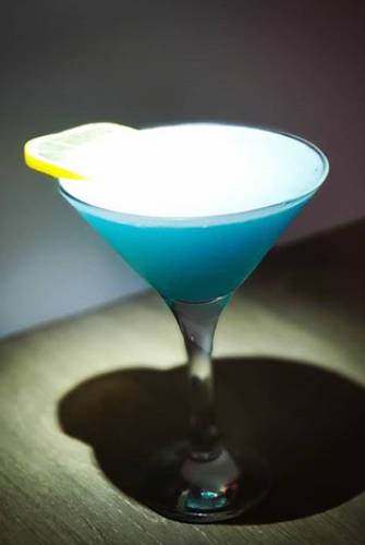 https://cocktailsandshots.com/wp-content/uploads/2018/06/Blue-moon-cocktail.jpg