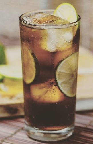 https://cocktailsandshots.com/wp-content/uploads/2018/06/Cuba-libre-cocktail-recipe.jpg