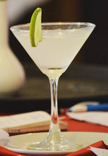 https://cocktailsandshots.com/wp-content/uploads/2018/06/Gimlet_cocktail_recipe.jpg