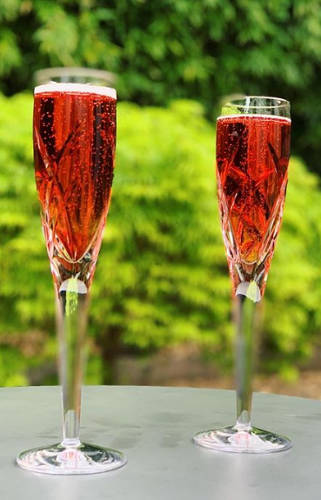 https://cocktailsandshots.com/wp-content/uploads/2018/06/Kir-royale-cocktail-recipe-with-champagne-creme-de-cassis.jpg