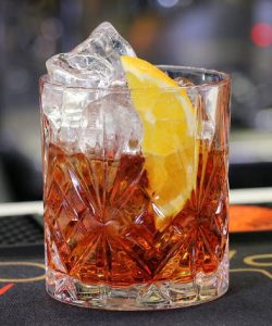 https://cocktailsandshots.com/wp-content/uploads/2018/06/Negroni_cocktail_recipe-250x300.jpg