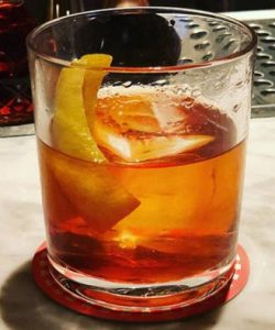 https://cocktailsandshots.com/wp-content/uploads/2018/06/Old_fashioned_cocktail_recipe1-250x300.jpg
