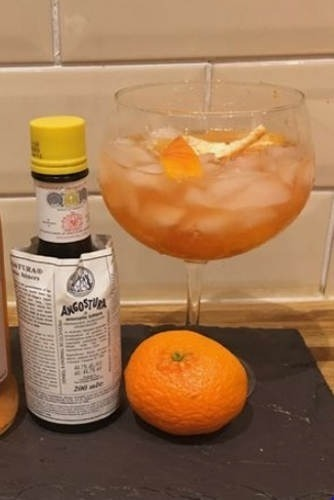 https://cocktailsandshots.com/wp-content/uploads/2018/06/angostura_bitters_gin_cocktail.jpg