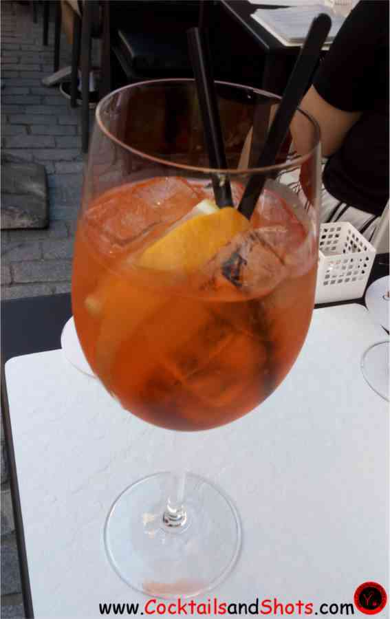 https://cocktailsandshots.com/wp-content/uploads/2018/06/aperol_spritz_cocktail_recipe_made_with_prosecco_aperol_and_soda_water.jpg