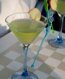https://cocktailsandshots.com/wp-content/uploads/2018/06/appletini_cocktail_recipe_made_with_vodka_apple_liqueur_and_triple_sec-250x300.jpg