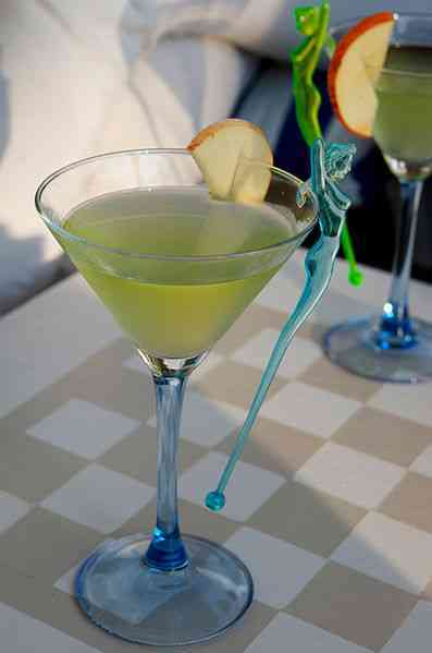 https://cocktailsandshots.com/wp-content/uploads/2018/06/appletini_cocktail_recipe_made_with_vodka_apple_liqueur_and_triple_sec.jpg
