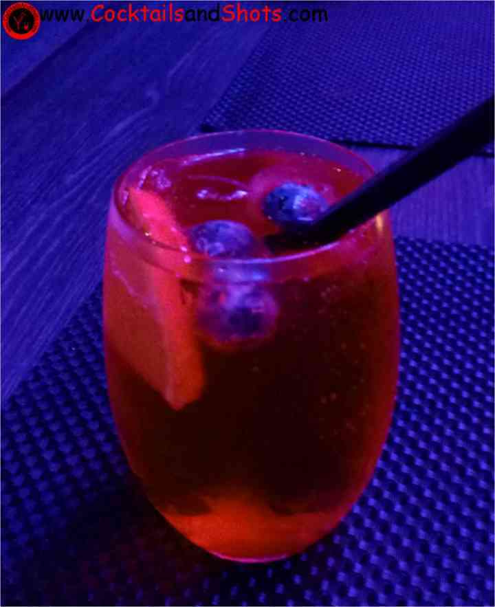 https://cocktailsandshots.com/wp-content/uploads/2018/06/blueberry_and_cinnamon_old_fashioned.jpg