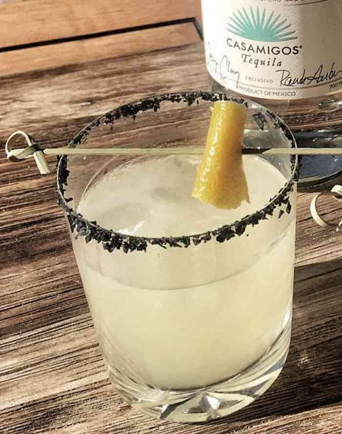 https://cocktailsandshots.com/wp-content/uploads/2018/06/classic_margarita_with_fresh_lemon_juice_and_a_black_salt_rim.jpg