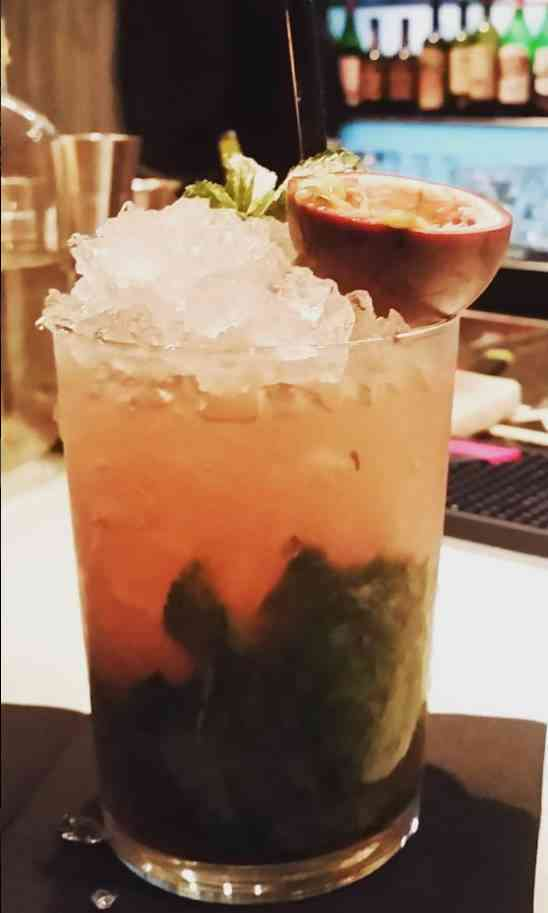 https://cocktailsandshots.com/wp-content/uploads/2018/06/how_to_make_a_passion_fruit_mojito_recipe.jpg