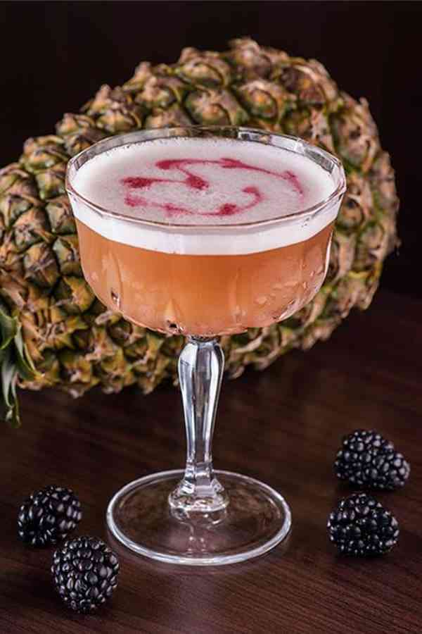 https://cocktailsandshots.com/wp-content/uploads/2018/06/how_to_make_the_french_martini_cocktail_recipe.jpg