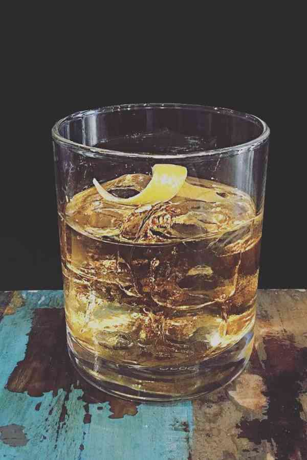 https://cocktailsandshots.com/wp-content/uploads/2018/06/how_to_make_the_rusty_nail_cocktail_recipe.jpg