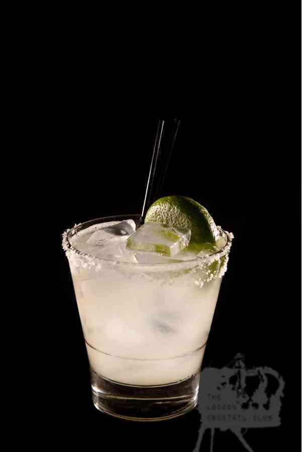 https://cocktailsandshots.com/wp-content/uploads/2018/06/margarita_cocktail_recipe_made_with_tequila_triple_sec_and_lime_juice.jpg