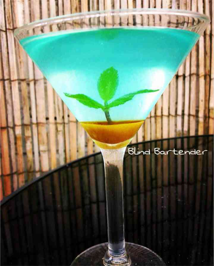 https://cocktailsandshots.com/wp-content/uploads/2018/06/paradise_island_mojito_cocktail_recipe_with_blue_curacao_white_rum_mint_and_sugar.jpg