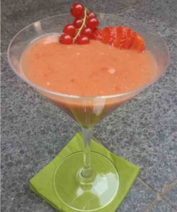 https://cocktailsandshots.com/wp-content/uploads/2018/06/red_fruit_gin_smoothie-250x300.jpg