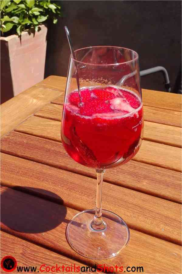 https://cocktailsandshots.com/wp-content/uploads/2018/06/rosecco_cocktails_with_strawberries.jpg