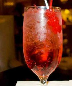 https://cocktailsandshots.com/wp-content/uploads/2018/06/shirley_temple_non_alcoholic_cocktail_made_with_ginger_ale_and_grenadine-250x300.jpg