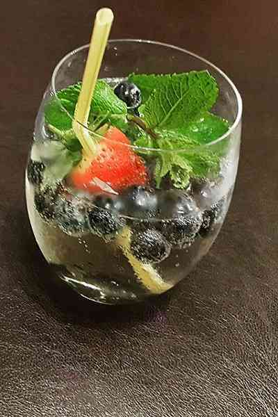 https://cocktailsandshots.com/wp-content/uploads/2018/06/spritzer-recipe.jpg