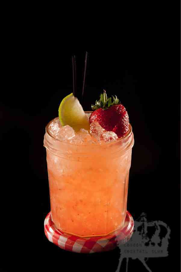 https://cocktailsandshots.com/wp-content/uploads/2018/06/strawberry_daiquiri_cocktail_recipe_white_rum_lime_juice_fraise_de_bois_grenadine_cranberry_juice.jpg