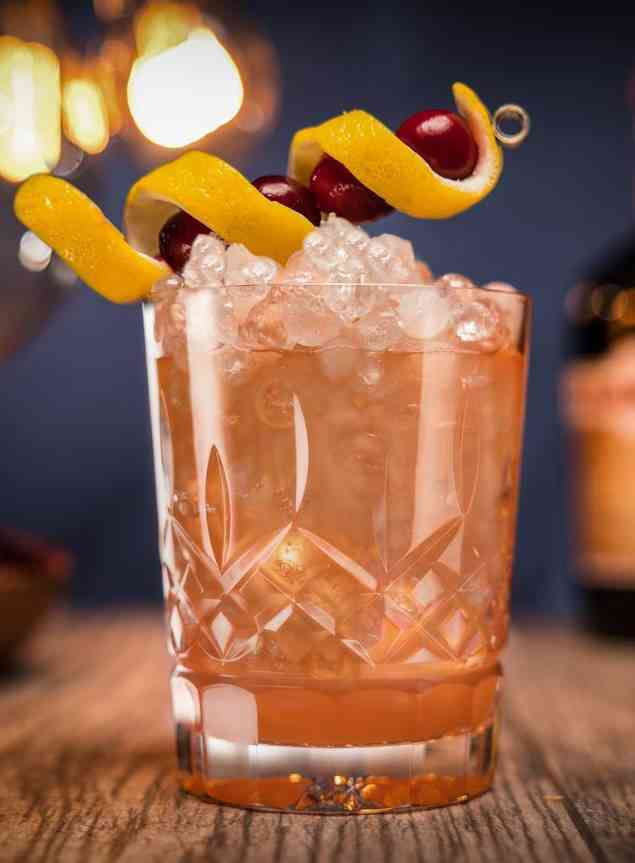 https://cocktailsandshots.com/wp-content/uploads/2018/06/the_dramble_cocktail_recipe.jpg