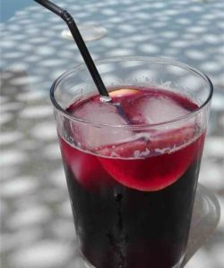 https://cocktailsandshots.com/wp-content/uploads/2018/06/tinto_de_verano_recipe_made_with_red_wine_and_lemon_soda_or_sprite-250x300.jpg