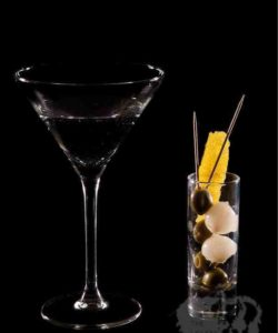 https://cocktailsandshots.com/wp-content/uploads/2018/06/vodka_martini_cocktail_recipe_olives_onions-250x300.jpg