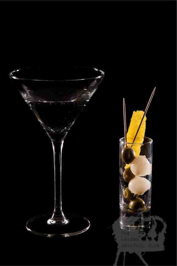 https://cocktailsandshots.com/wp-content/uploads/2018/06/vodka_martini_cocktail_recipe_olives_onions.jpg