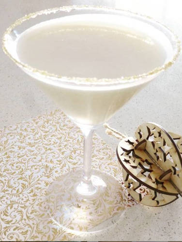 https://cocktailsandshots.com/wp-content/uploads/2019/12/White-Christmas-Martini.jpg